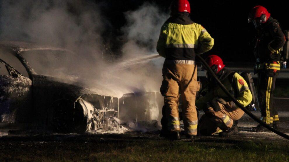 Auto verwoest door brand op snelweg A7