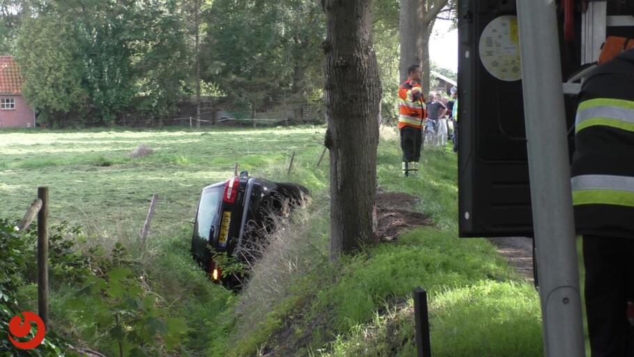 Auto raakt boom en belandt in greppel