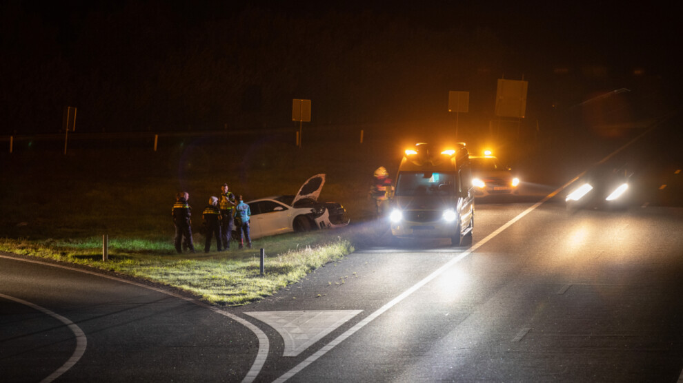 Auto raakt van de weg; één gewonde