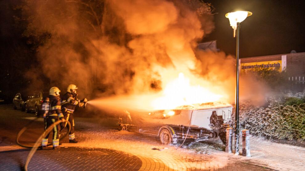 Felle brand verwoest boot op geparkeerde trailer