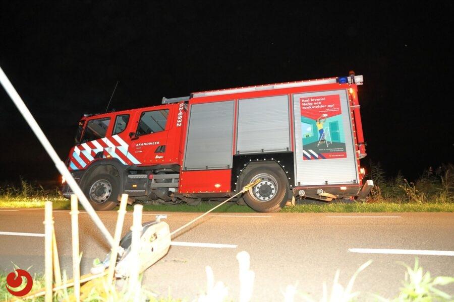 Brandweerauto van Gorredijk vast in berm