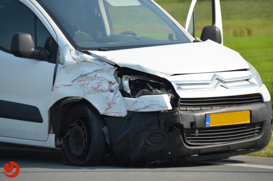 Auto's in botsing op N359; vrouw gewond