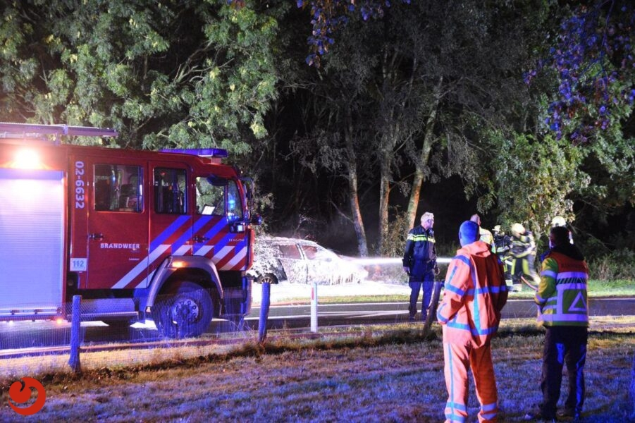 Auto vliegt in brand na ongeval afrit A6
