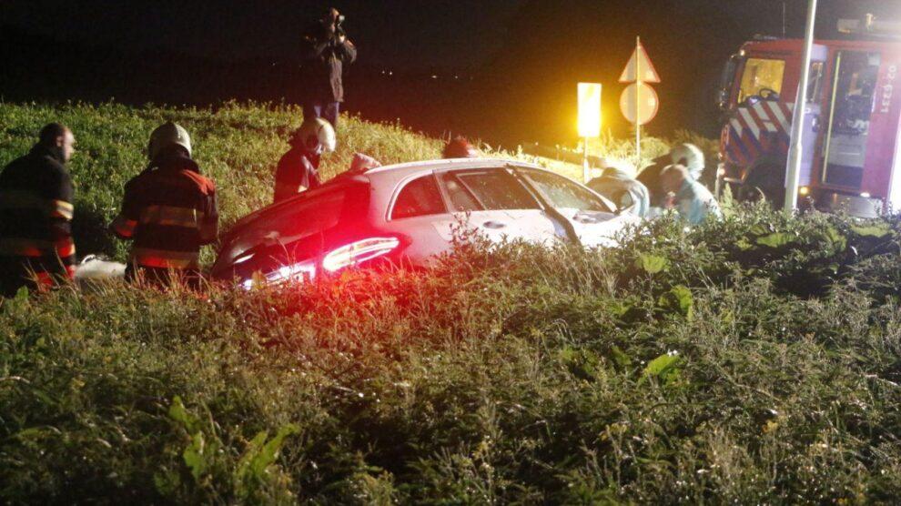 Auto van de weg; bestuurder gewond