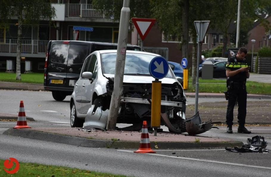 Auto botst tegen lantaarnpaal; bestuurster gewond