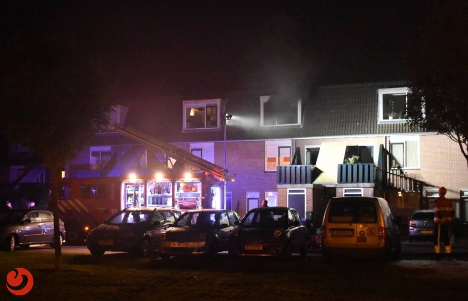 Bewoner door brandweer uit woning gehaald bij brand
