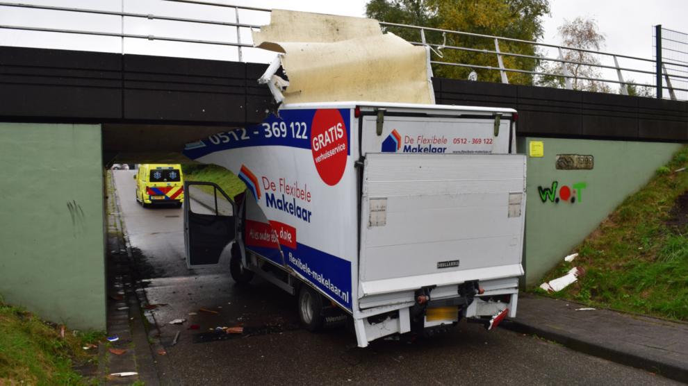 Verhuiswagen rijdt zich vast in spoortunnel