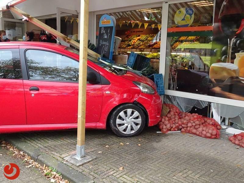 Auto botst tegen winkelpui groenteboer