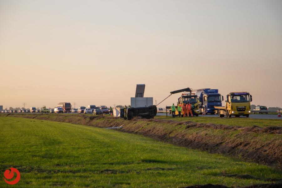 Auto belandt in sloot langs N31; slachtoffer overleden