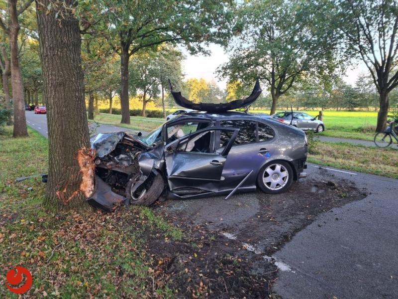 Auto botst op boom na aanrijding met auto