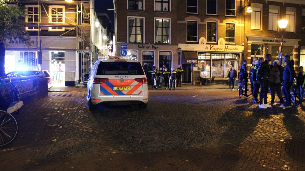 Ernstig gewonde bij steekpartij; verdachte nog niet gevonden