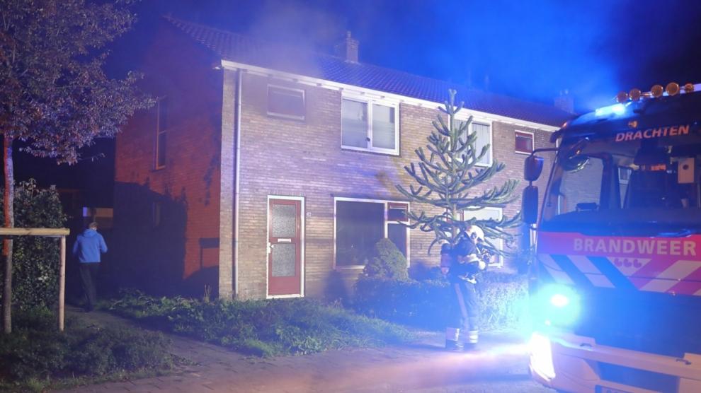 Veel rook bij woningbrand; mogelijk brandstichting