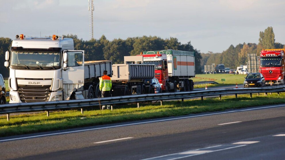 Vrachtwagen botst tegen vangrail; forse file op A7
