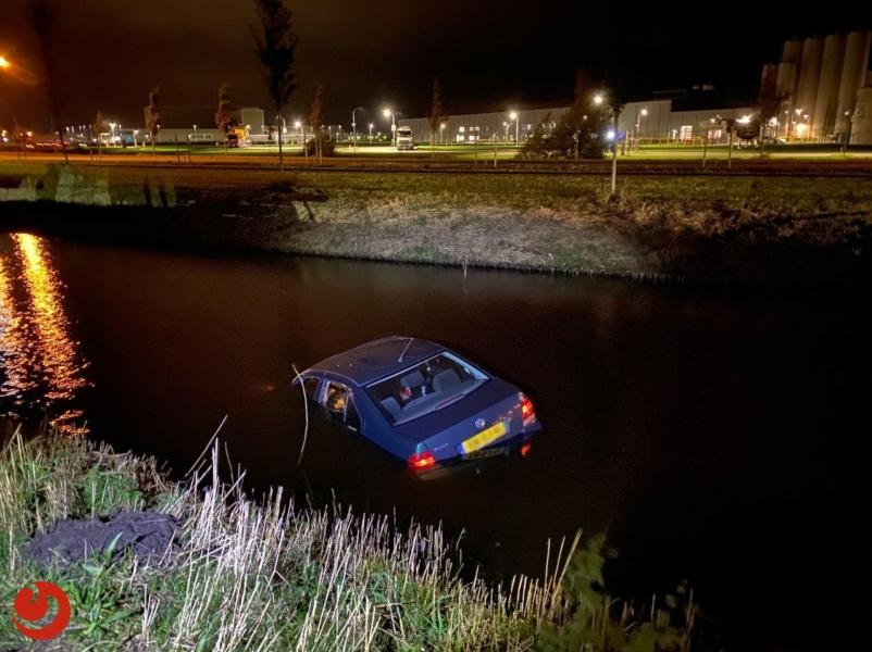 Auto raakt te water; bestuurder gewond