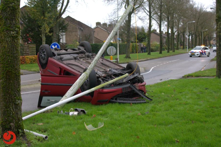 Auto over de kop; bestuurder ongedeerd