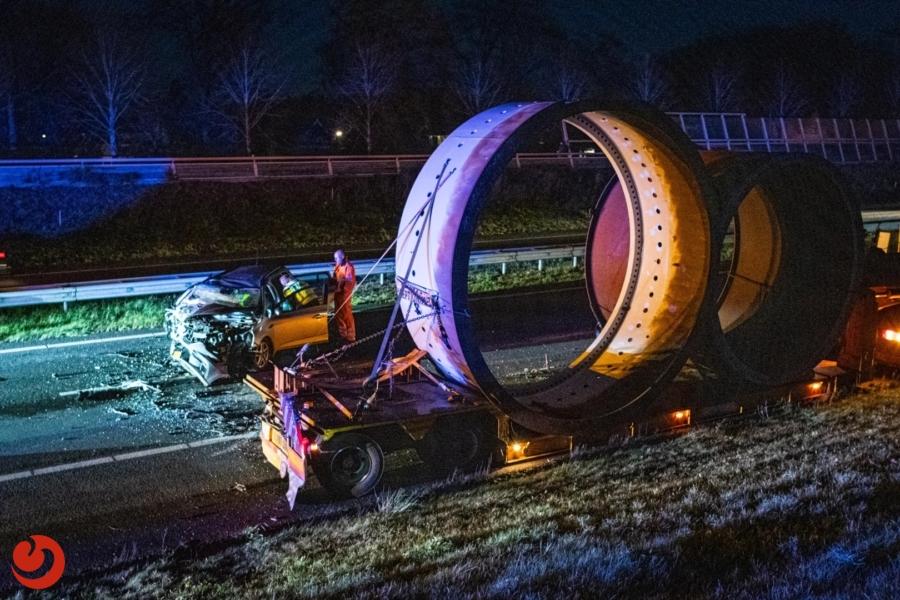 Auto botst achterop vrachtwagen; snelweg A32 dicht