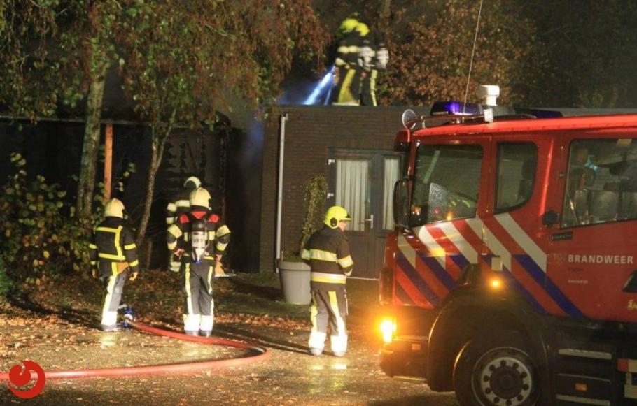 Houten schuur in brand nabij dorpshuis
