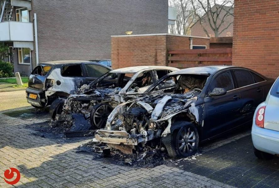 Drie geparkeerde auto's gaan in vlammen op
