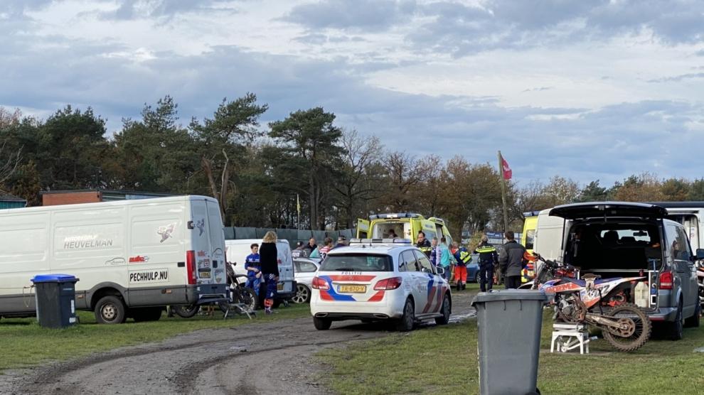 Motorcrosser komt ten val en raakt gewond