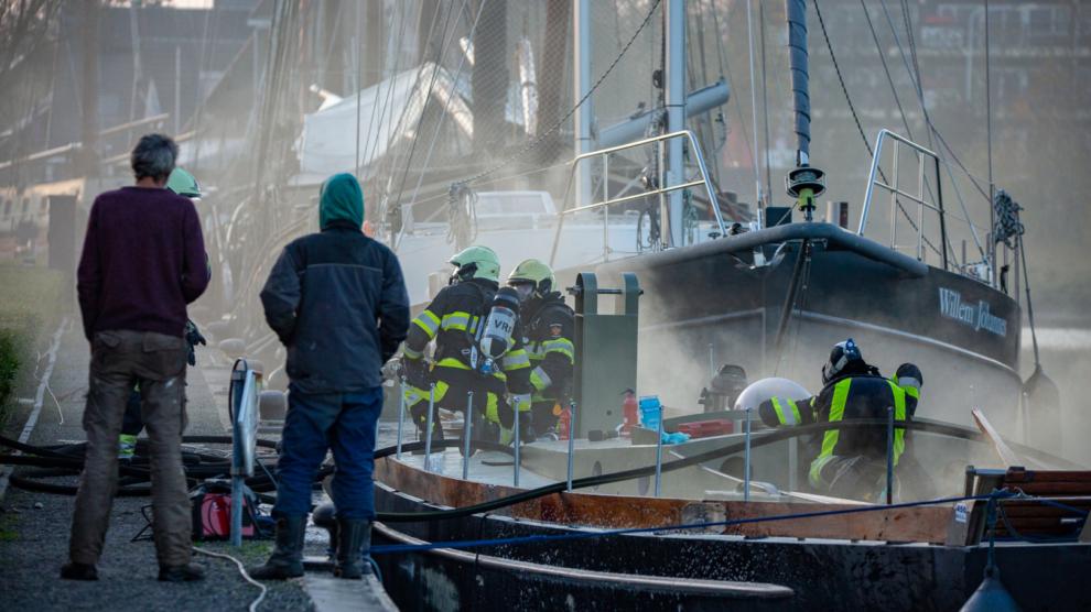 Brand op aangemeerd zeilschip