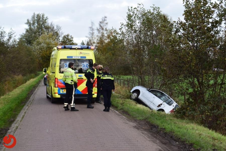 Persoon belandt met auto in de sloot en raakt gewond