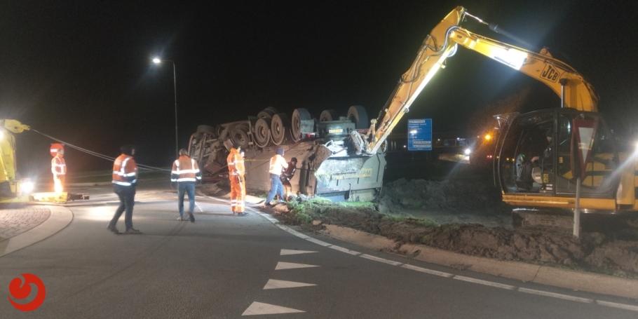 Vrachtwagen op de kop; chauffeur gewond(foto update)