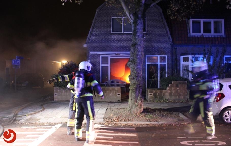 Voorbijgangers ontdekken felle brand in woning