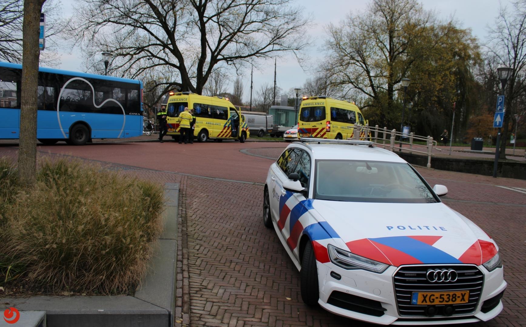 Twee fietsers gewond na botsing met bus.