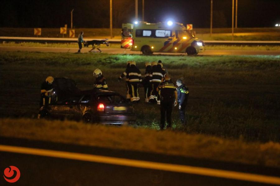Auto rijdt van klaverblad; bestuurder gewond