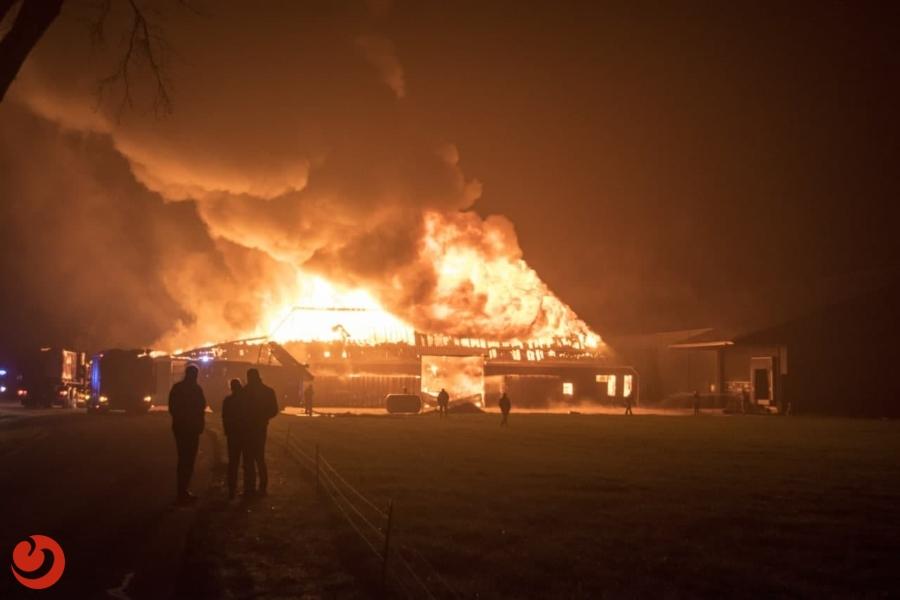 Grote brand verwoest loods akkerbouw bedrijf