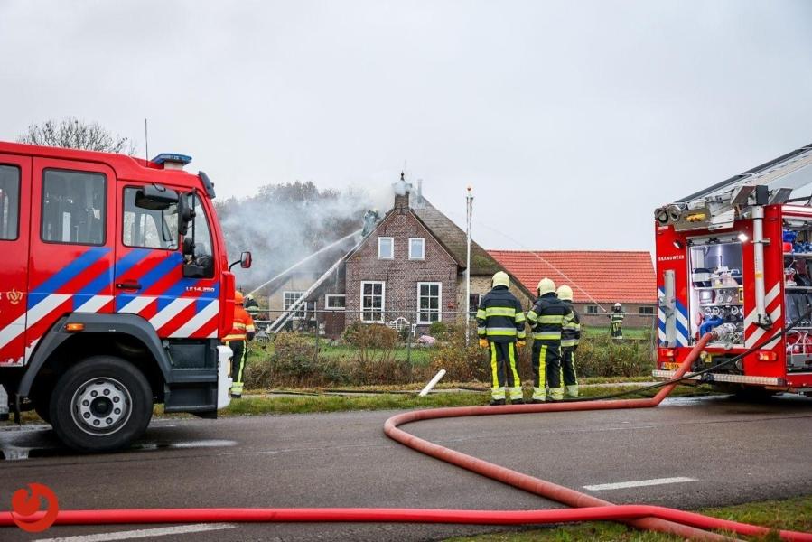 Brand in rieten dak van boerderij