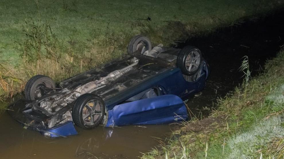 Auto op de kop in de sloot; bestuurder gewond