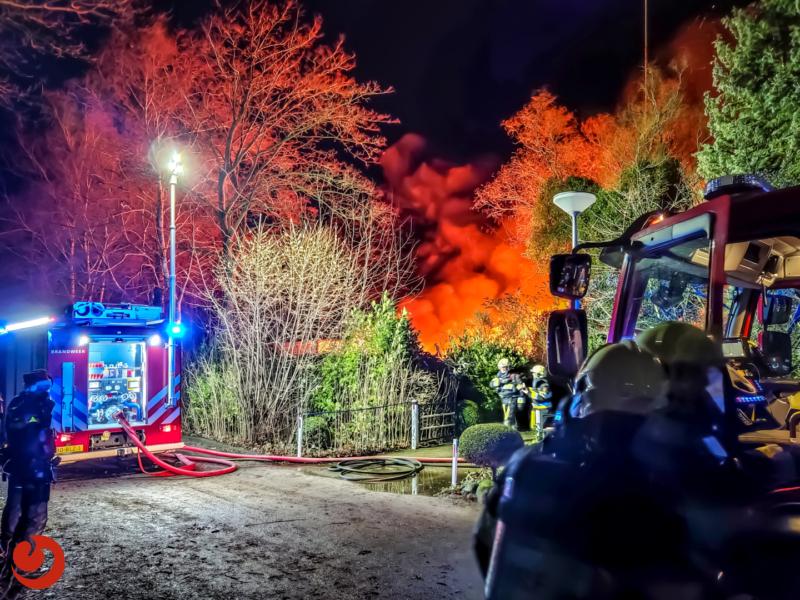 Felle uitslaande brand in schuur met auto's