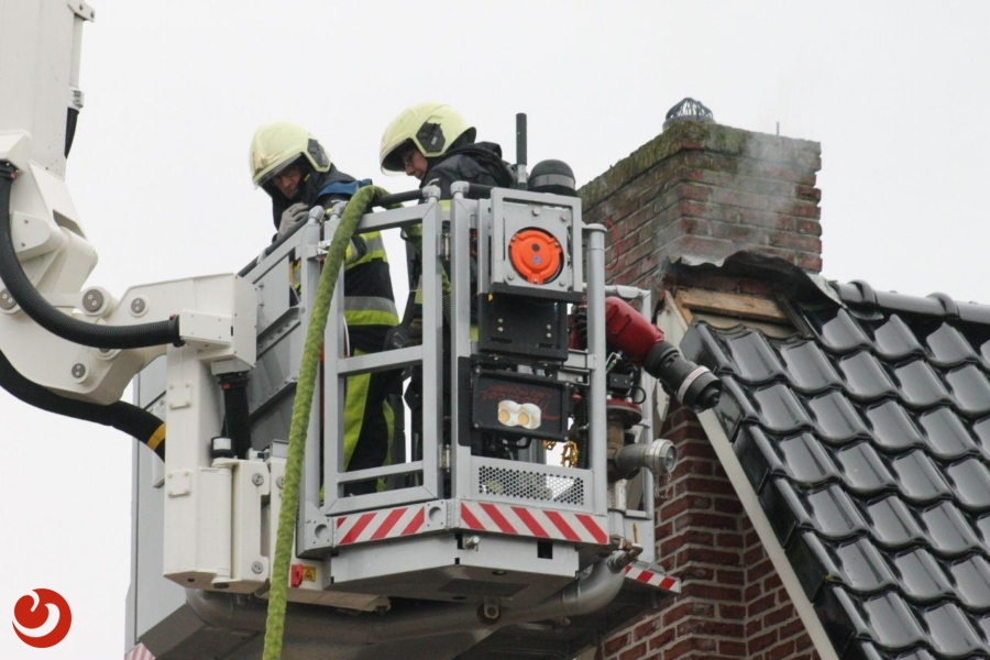 Brand in schoorsteen slaat door naar dak