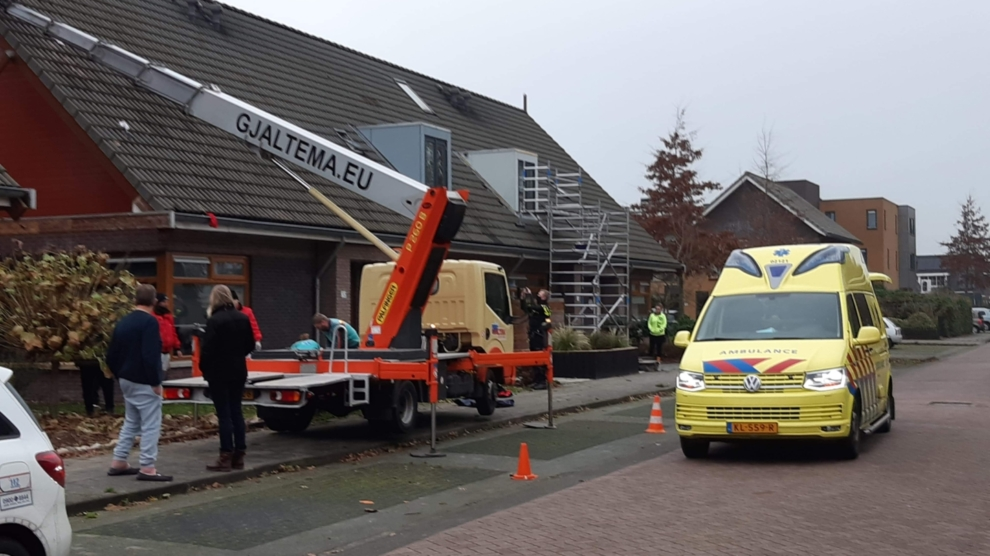 Schilder zwaargewond na val van dak
