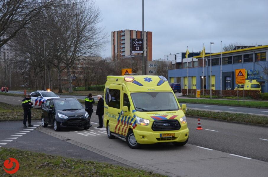 Bestuurder botst op verkeersborden en raakt gewond