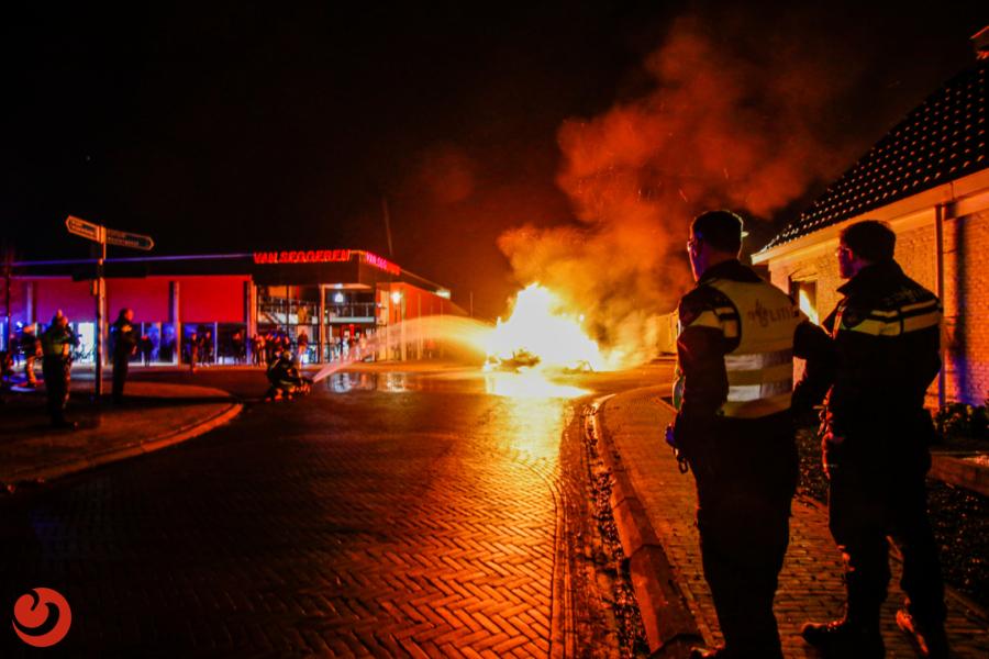 Omstanders gooien vuurwerk naar hulpverleners bij caravanbrand