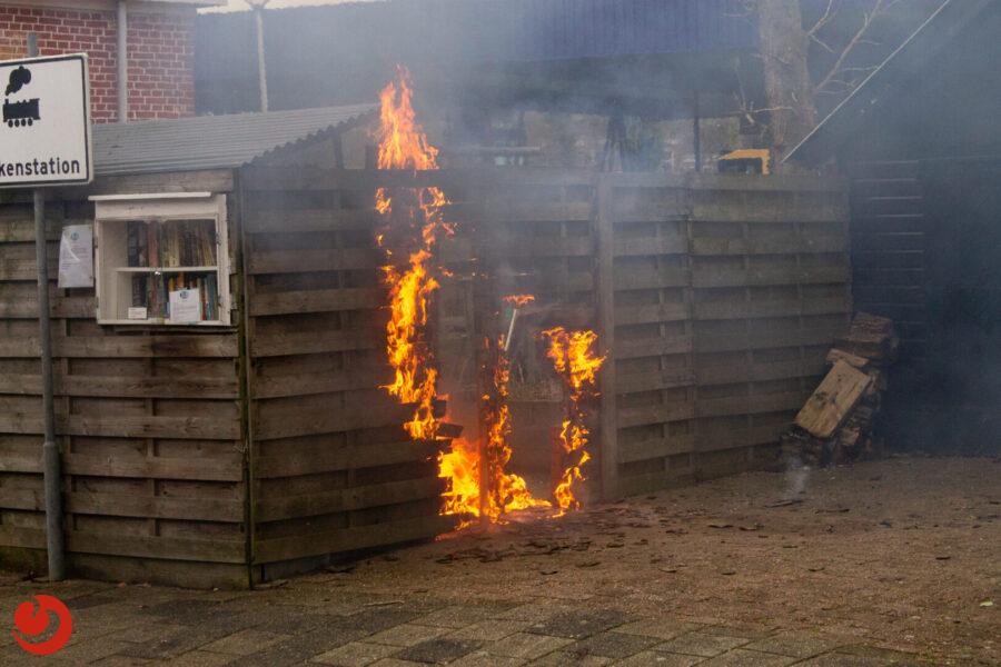 Schutting loopt flinke schade op door felle brand