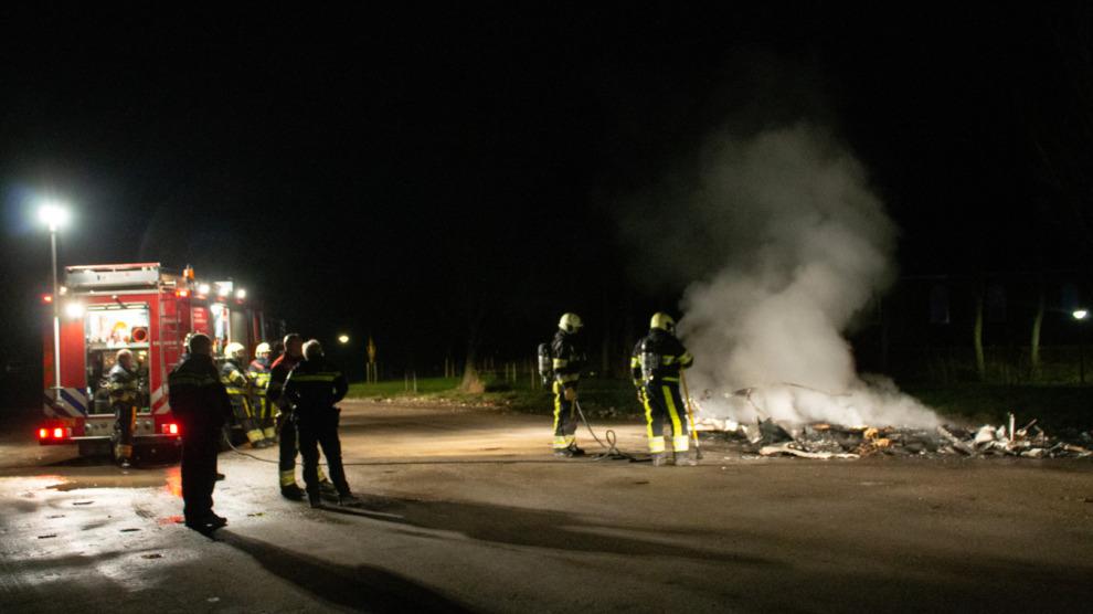 Oude caravan gaat compleet in vlammen op