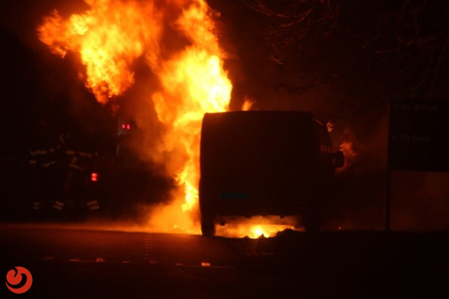 Bestelbus verwoest door brand op industrieterrein
