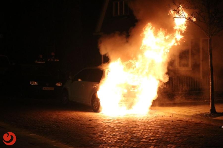 Auto in brand; mogelijk brandstichting