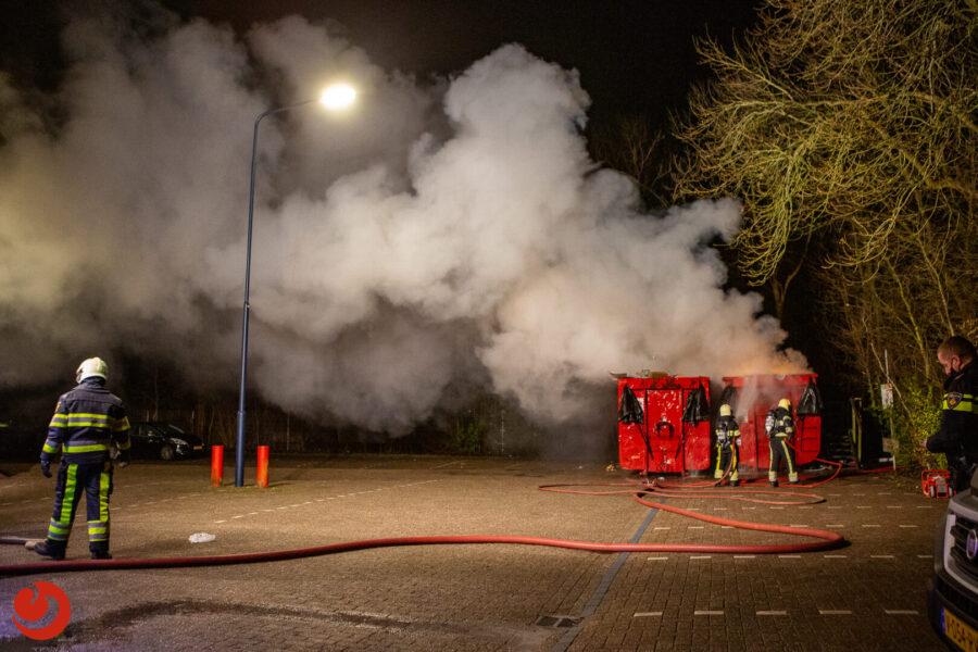 Brandweer blust brand in papiercontainer