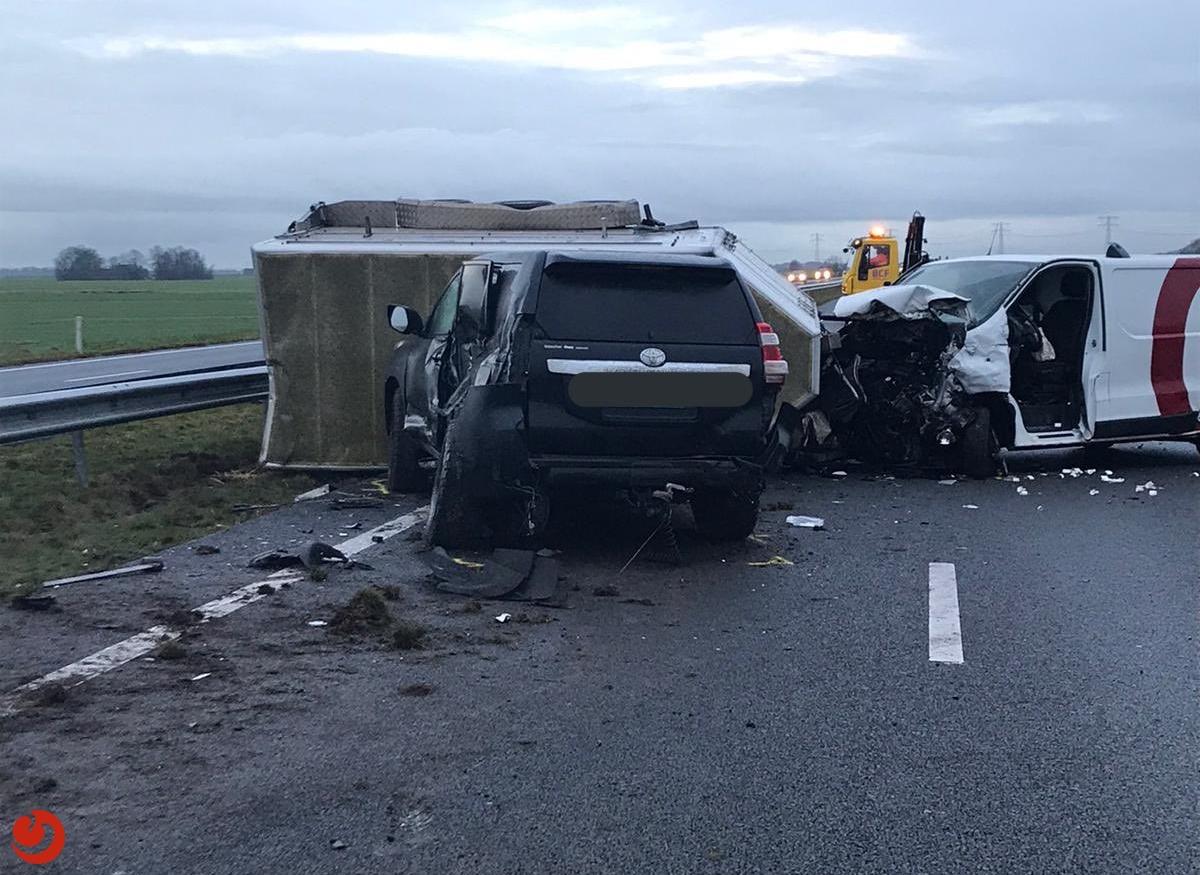 Twee gewonden bij ongeval N31; weg uren afgesloten.