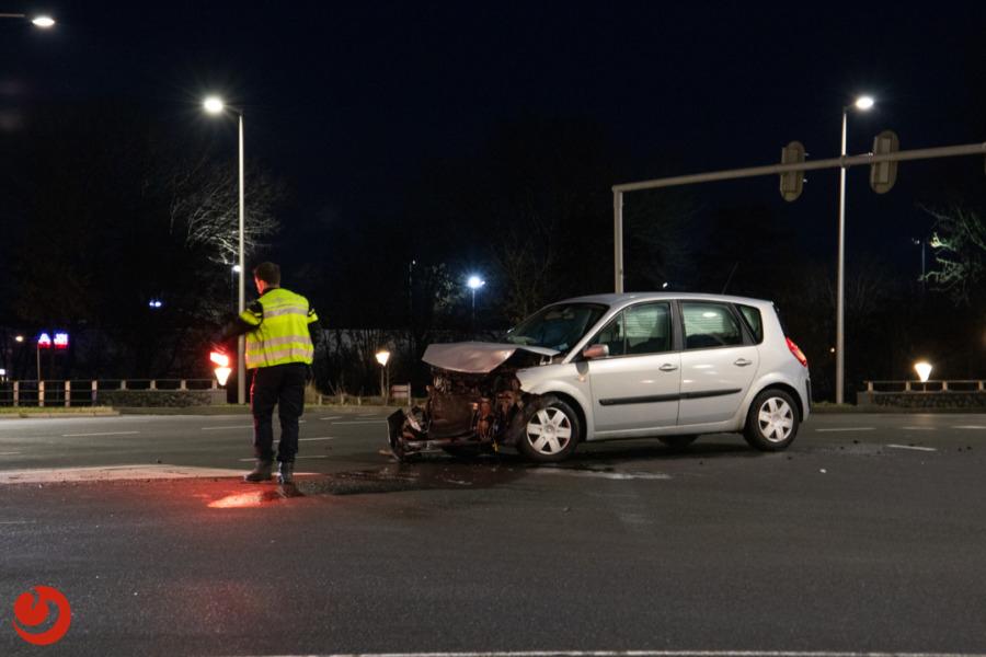 Veel schade bij botsing op verkeersplein