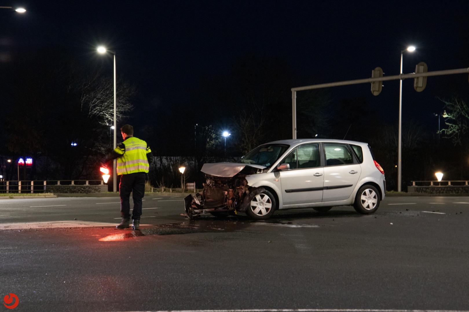 Veel schade bij botsing op verkeersplein.