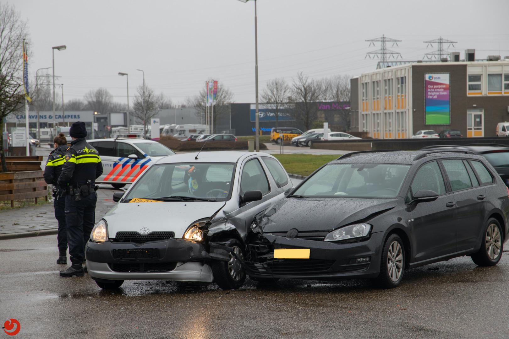 Auto's in botsing op industrieterrein.