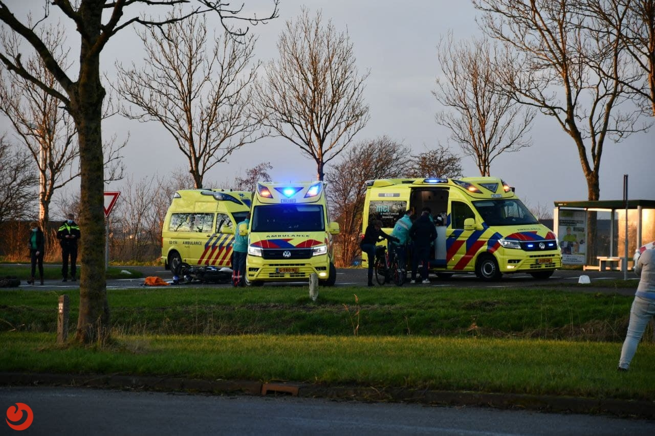 Twee gewonden bij botsing tussen auto en brommer.