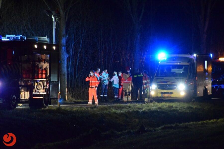 Auto botst tegen boom; één gewonde