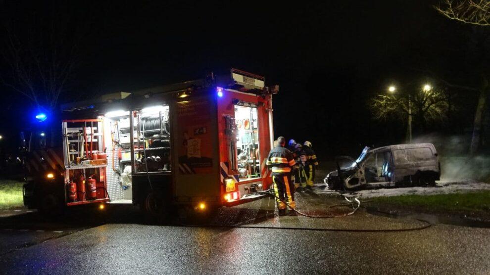 Auto brandt volledig uit op carpoolplaats N361