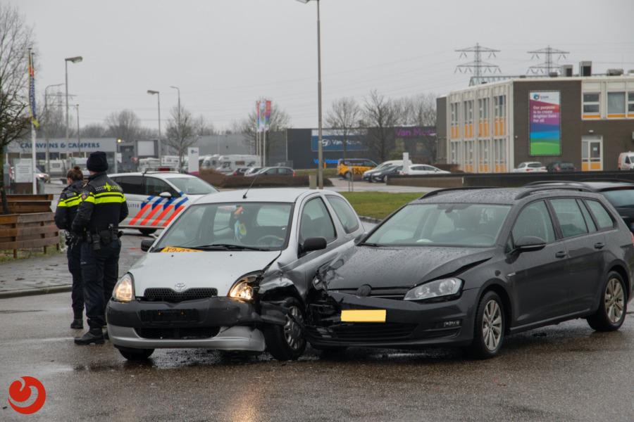 Auto's in botsing op industrieterrein